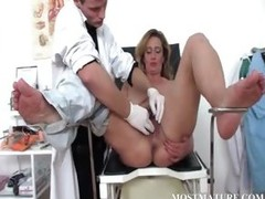 Mature MILF gets cunt checkd at doctor